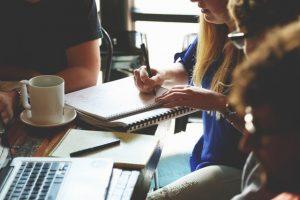 Membership Plugins, afbeelding van cursisten aan tafel met laptops en studiemateriaal