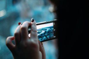 illustratie foto van vrouw die foto maakt met smartphone