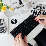 vrouwenhanden op toetsenbord foto naast reclame voor aanmelden als cursusaanieder op ELP